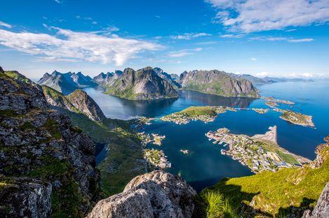 Ausblick vom Gipfel des Reinebringen auf die Inselwelt der Lofoten in Norwegen