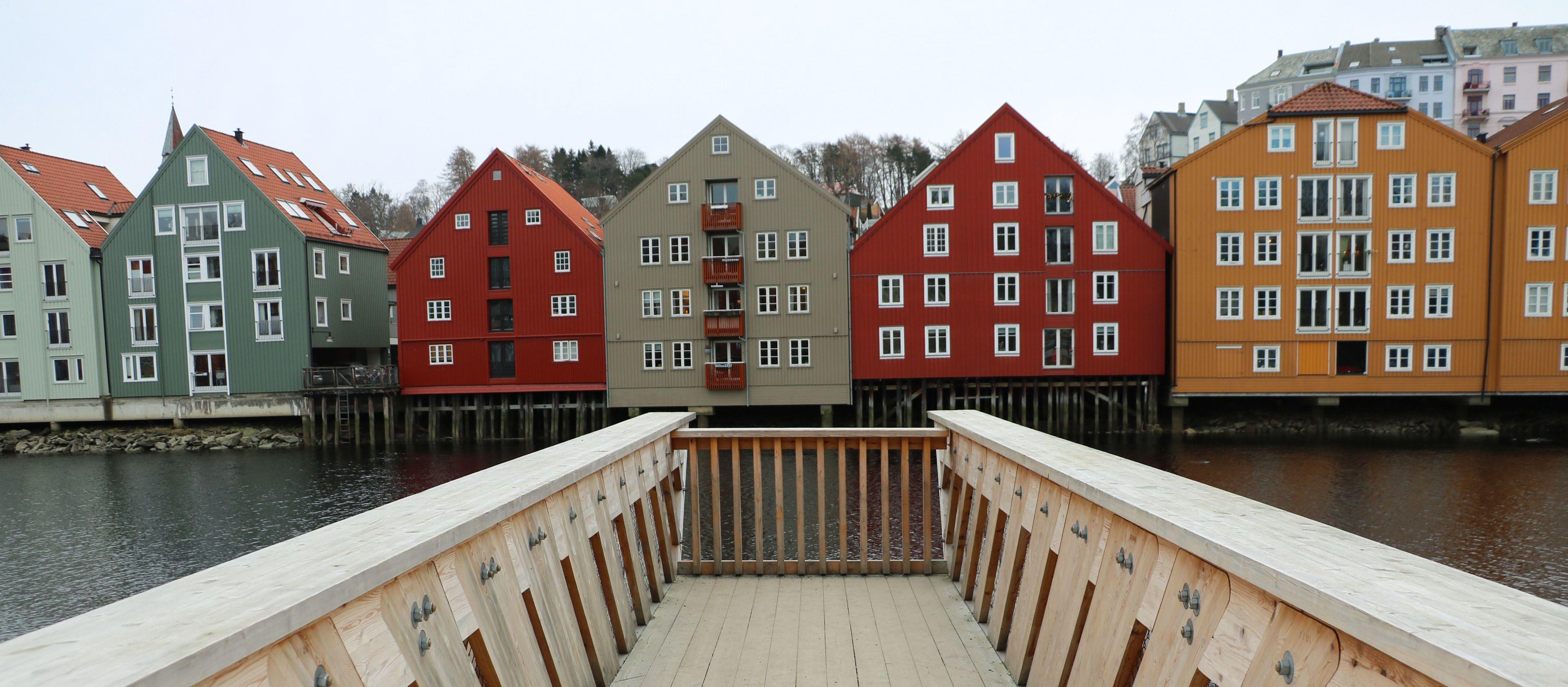Ein Holzsteg über dem Wasser, in Trondheim.