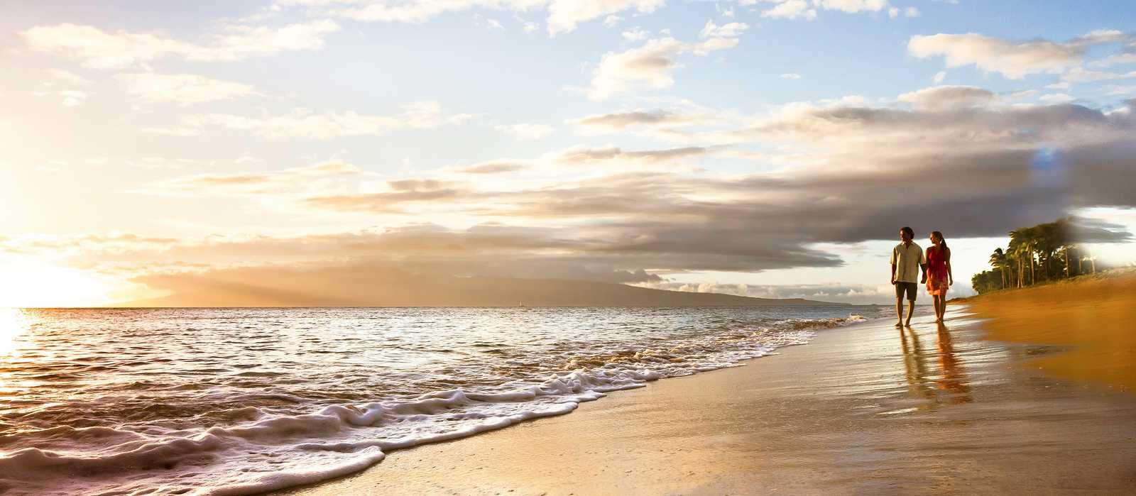 Ein Pärchen geht am Strand von Ka'anapali entlang