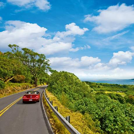 Ein Auto auf dem Weg nach Hana