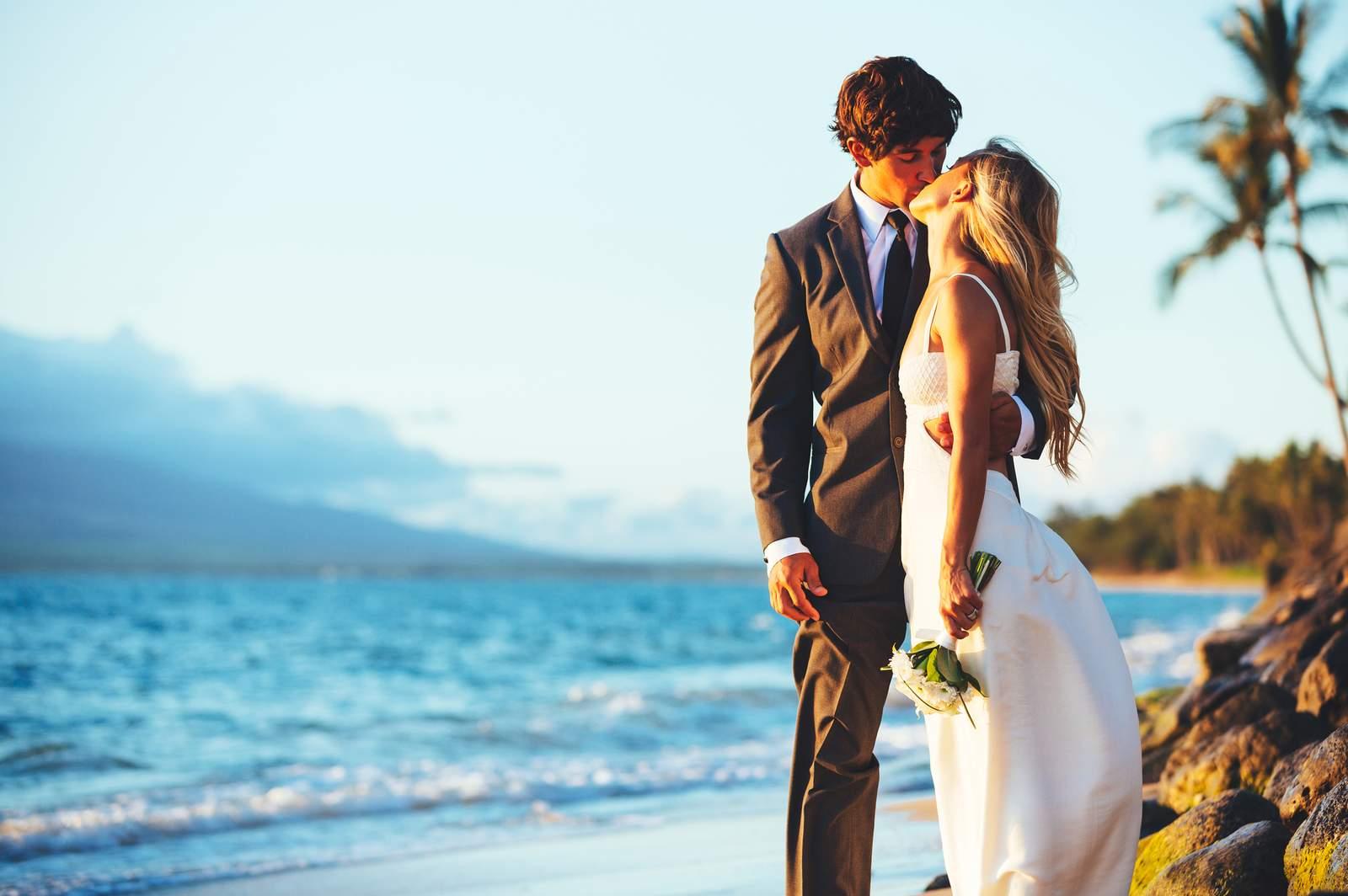Küssendes Brautpaar am Strand