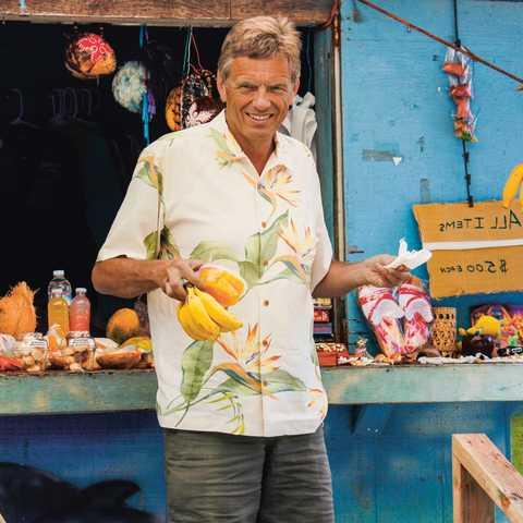 Geschäftsführer Tilo Krause-Dünow vor einem Stand in Hawaii