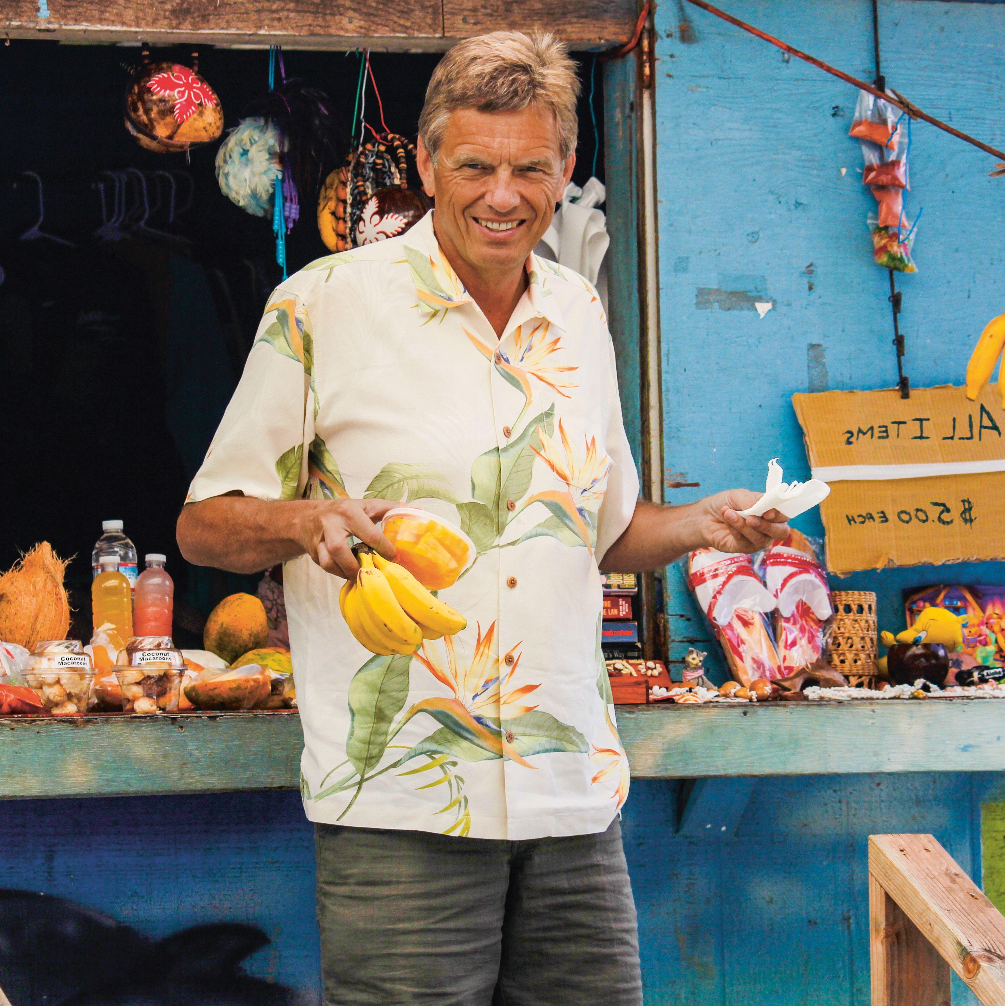 Tilo vor einem Stand mit Bananen