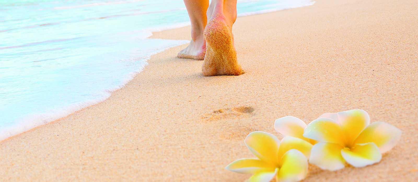 Barfuß über einen Strand auf Hawaii
