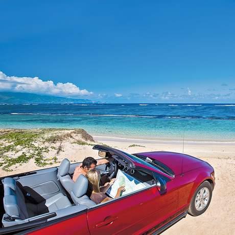 Paar im Mietwagen am Strand