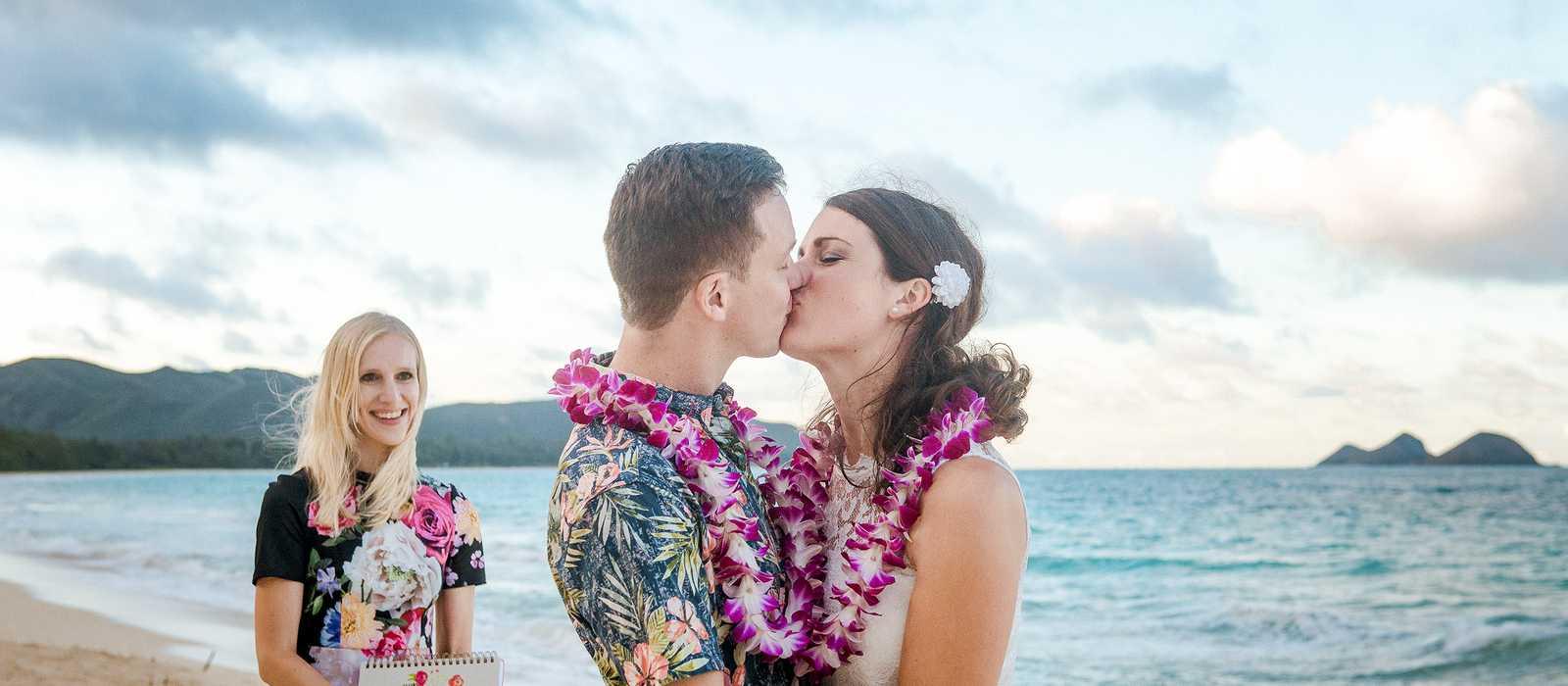 Hochzeitspaar an einem Strand auf Hawaii