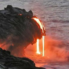 Lava flie§t ins Meer