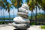 Eine Steinstapel am Strand von Hawaii Island