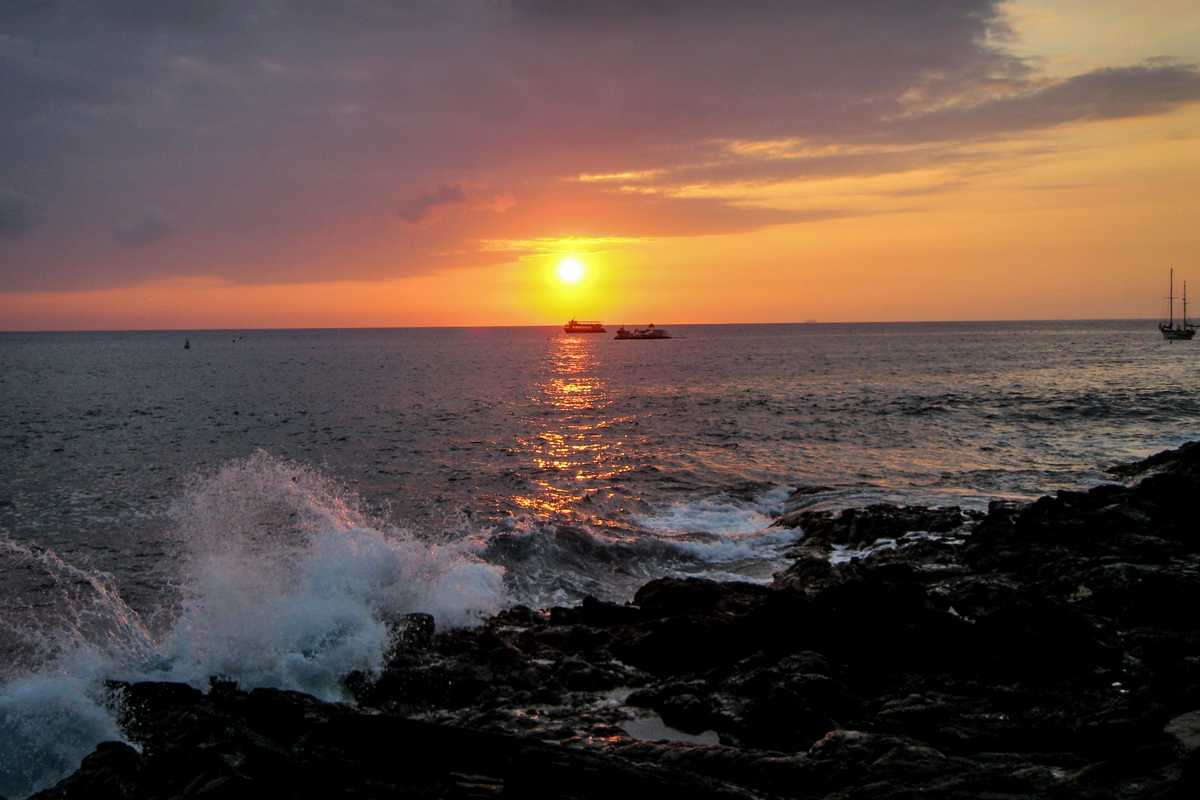 Ein Sonnenuntergang im Puʻuhonua o Hōnaunau National Historical Park auf Hawaii