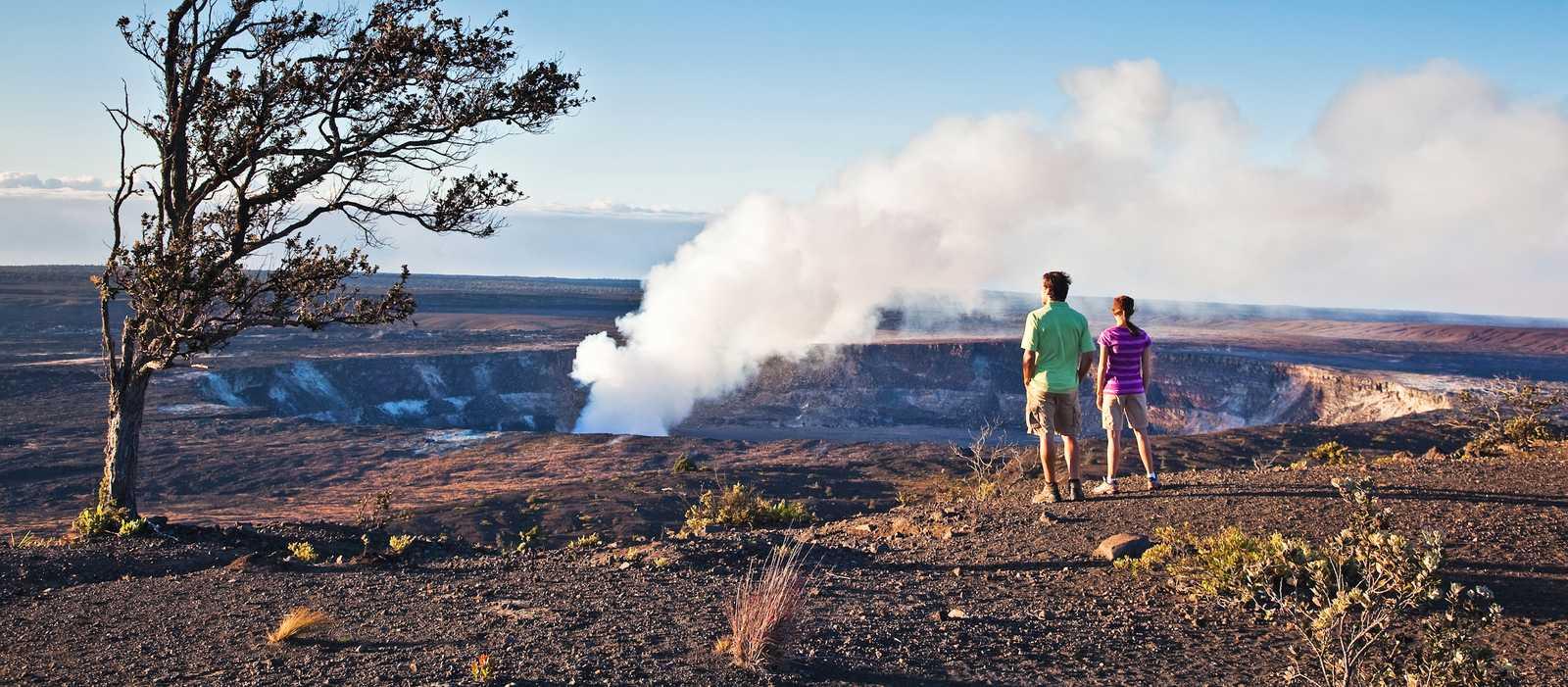 Paar vor Vulkankrater auf Bigisland
