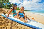 Spielende Kinder am Strand von Kauai, Hawaii