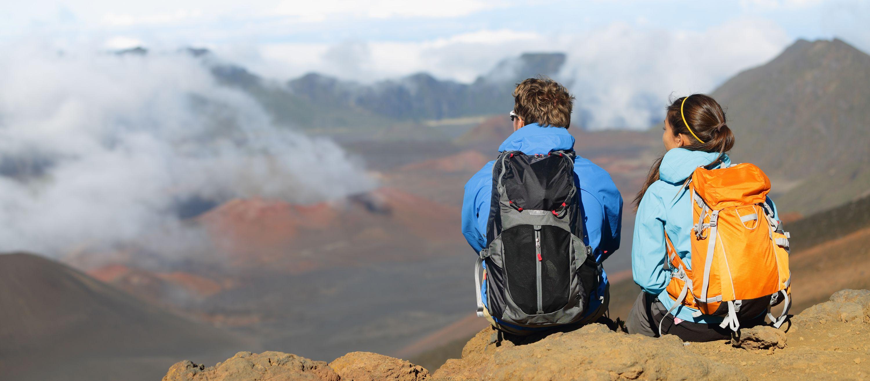 Pärchen genießt den Blick auf den Vulkan