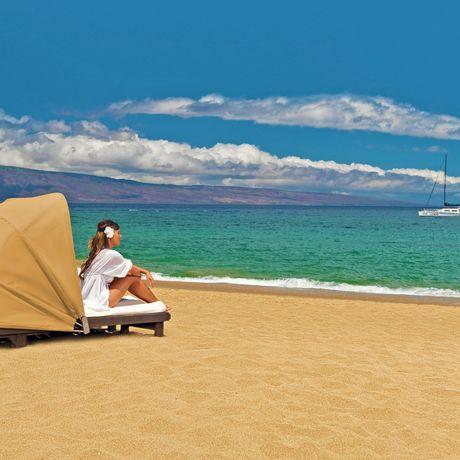 Frau geniesst Ausblick am Strand