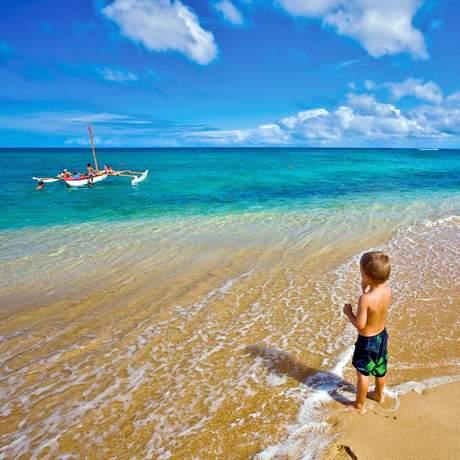 Kleiner Junge blickt aufs Meer