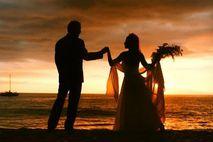 Heiraten auf Hawaii: Brautpaar im Sonnenuntergang