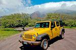 Ein gelber Jeep Wrangler auf Molokai, Hawaii