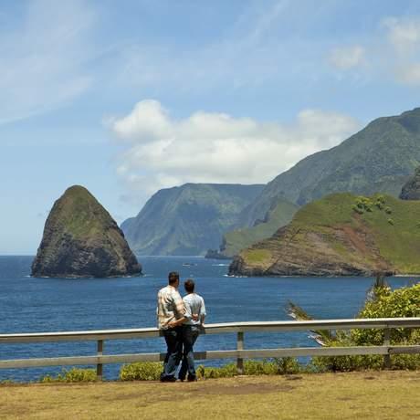 Paar guckt auf die Molokai Sea Cliffs, Okala und Huelo Islets