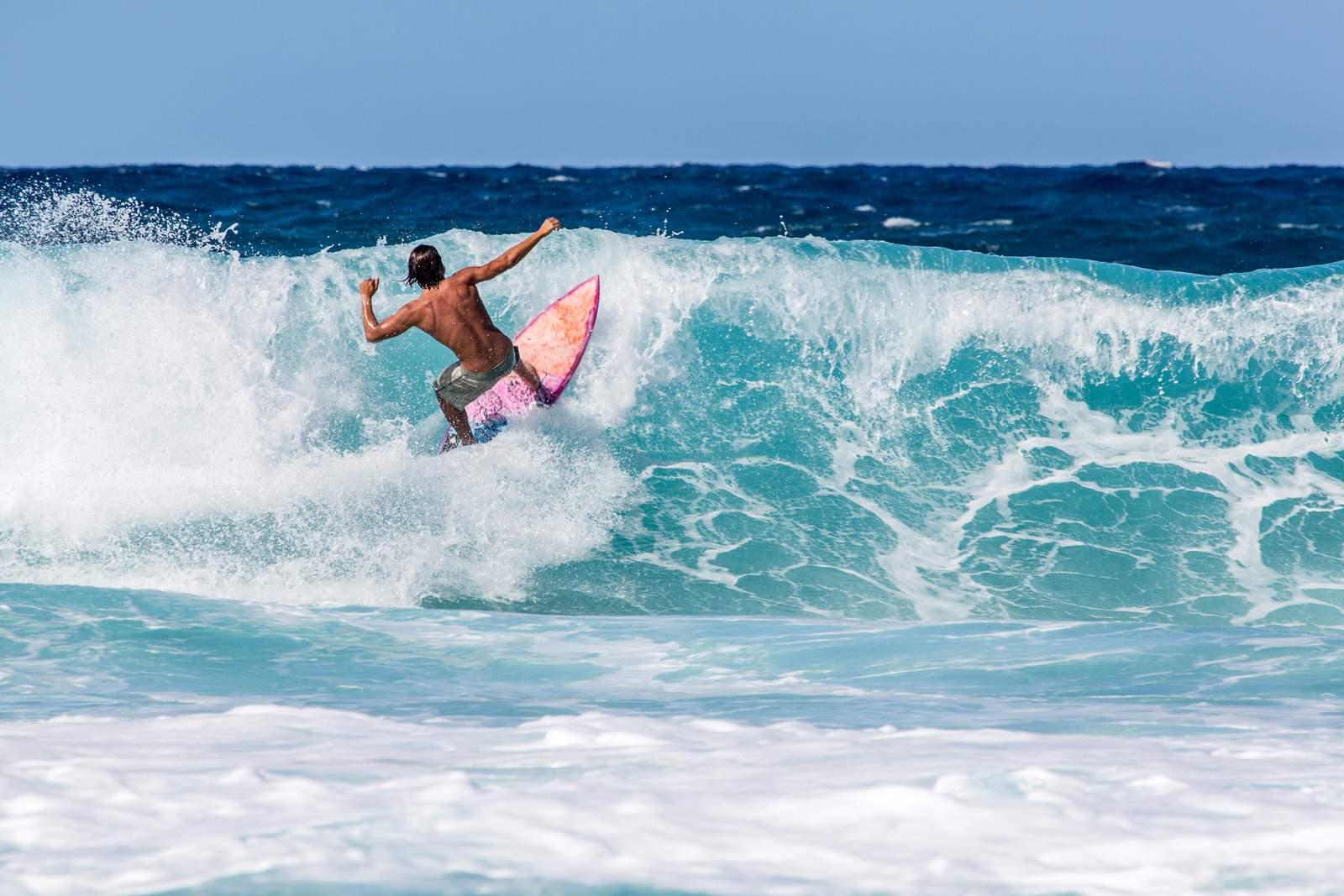 Wellenreiter an der North Shore von Oahu