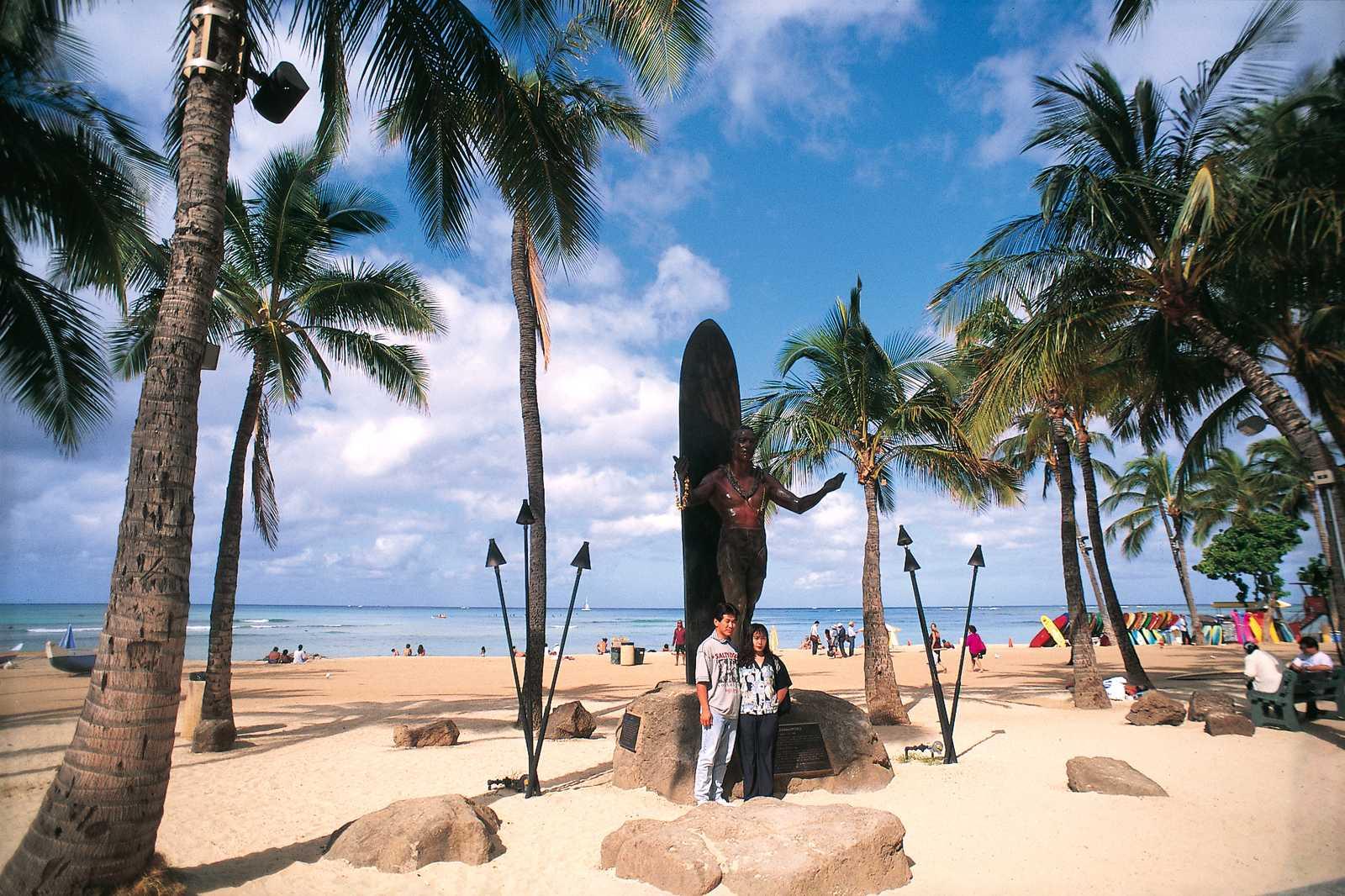 Duke Statur am Strand von Waikiki