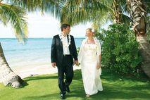 Heiraten auf Hawaii: Brautpaar am Meer