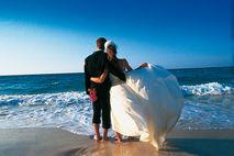 Heiraten auf Hawaii: Brautpaar am Traum-Strand