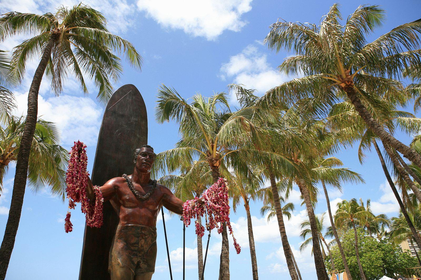 Die Duke Kahanamoku Statue im Sonnenlicht