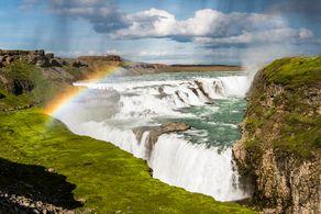 Ein Regenbogen spannt sich über den mächtigen Gulfoss Wasserfällen auf Island