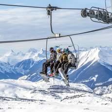 Skifahrer im Lift im Sunshine Village Skiresort Alberta