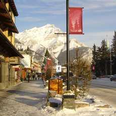 Bannf Avenue im Winter mit Blick auf Cascade Mountain
