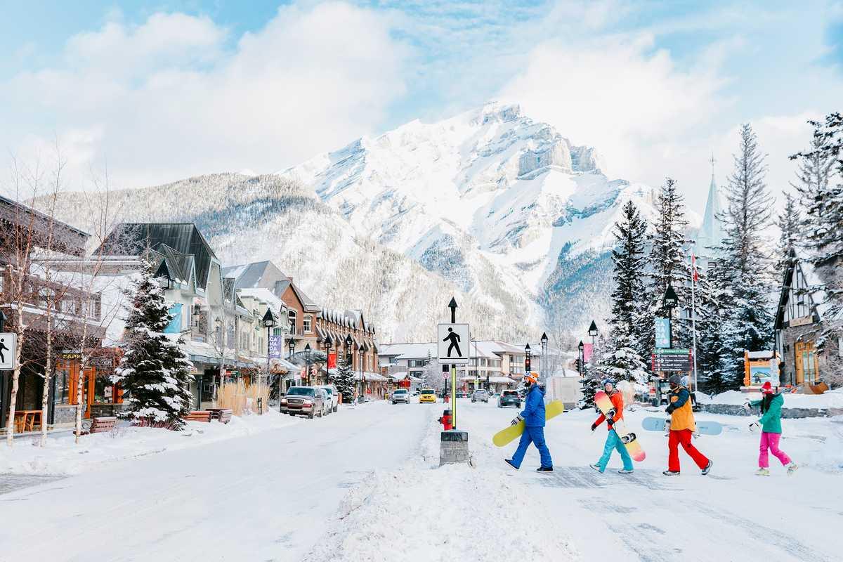 Die Wintersportversion des Abbey Road Covers in Banff, Kanada