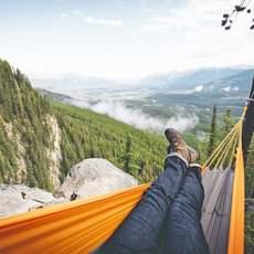 Ausblick aus der Hängematte auf den Banff National Park, Alberta