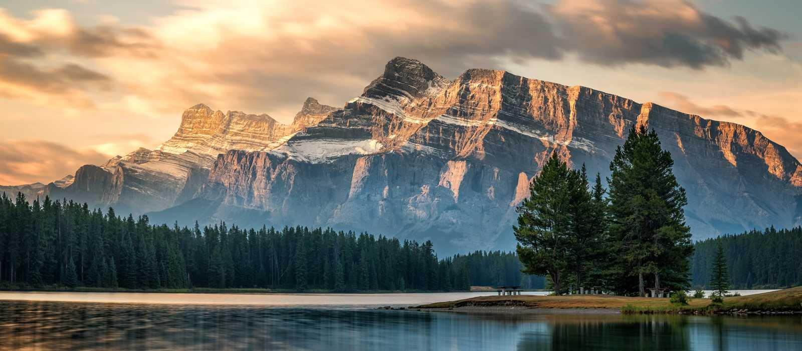 Der Jack Lake vor dem beeindruckenden Mount Randle bei Sonnenaufgang