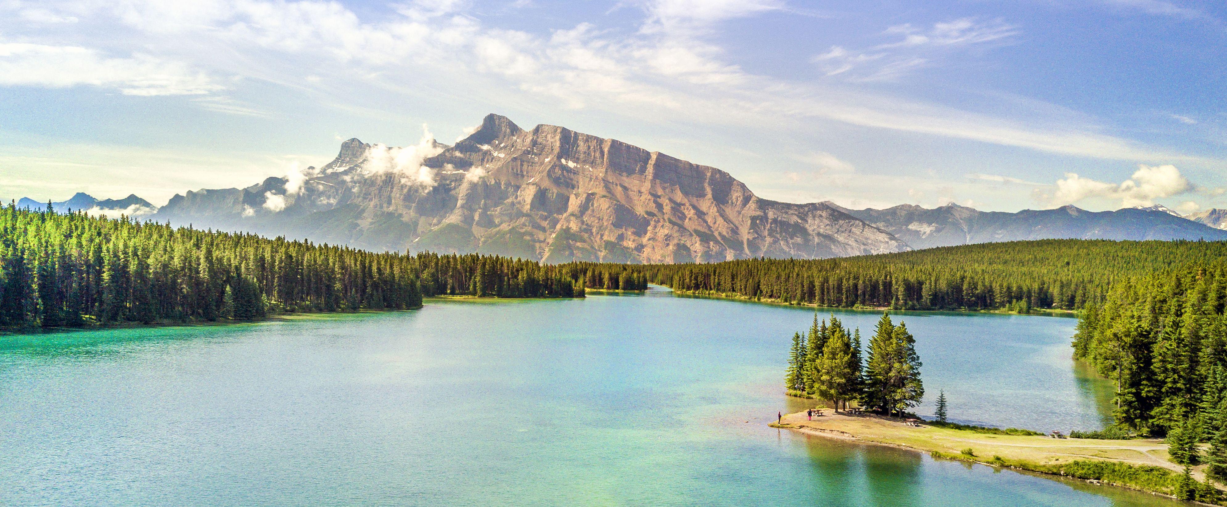 Ausblick auf den schönen Lake Minnewanka im Banff National Park