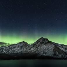 Nordlichter über den Bergen am Lake Minnewanka, Alberta