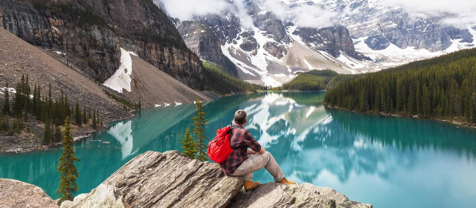 Ein Wanderer genießt den Ausblick im Banff National Park