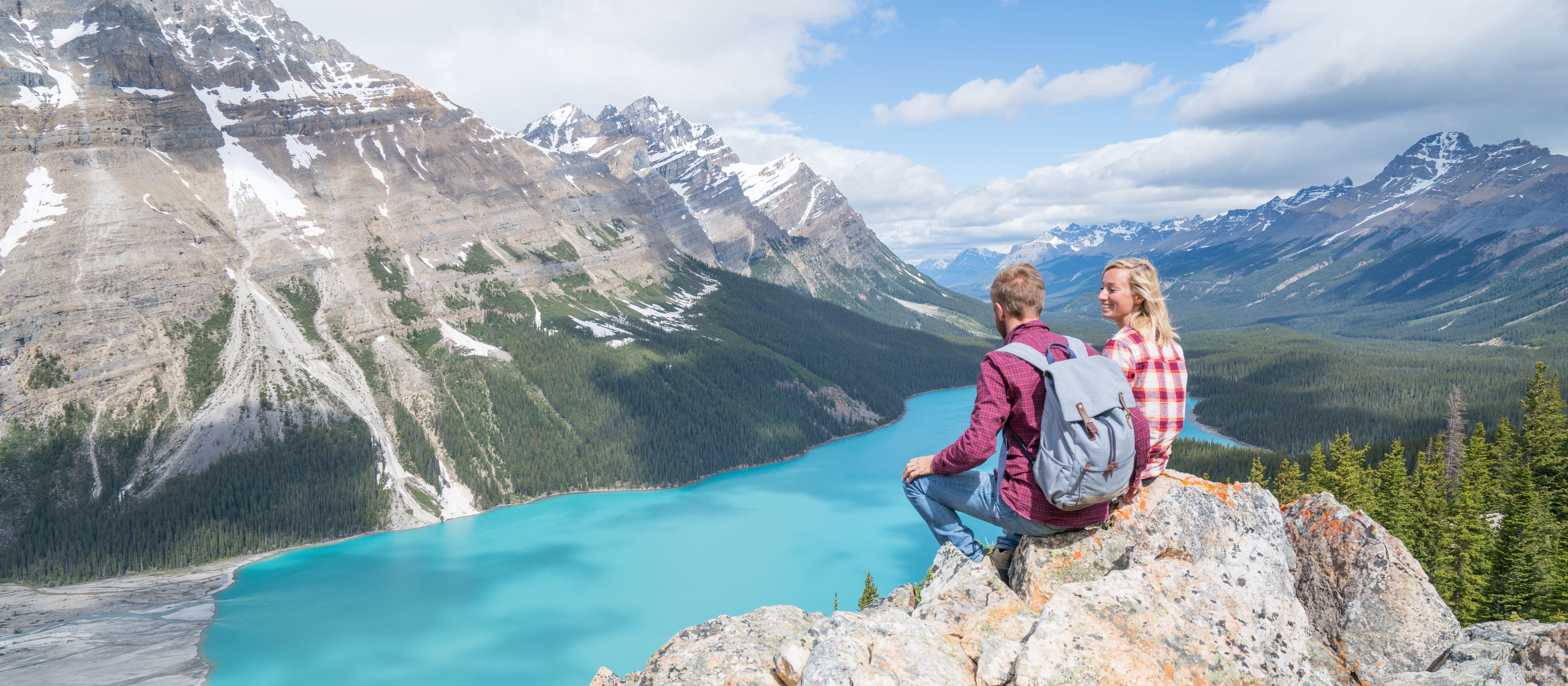 Wanderer genießen die Aussicht auf den Peyto Lake in der kanadischen Provinz Alberta