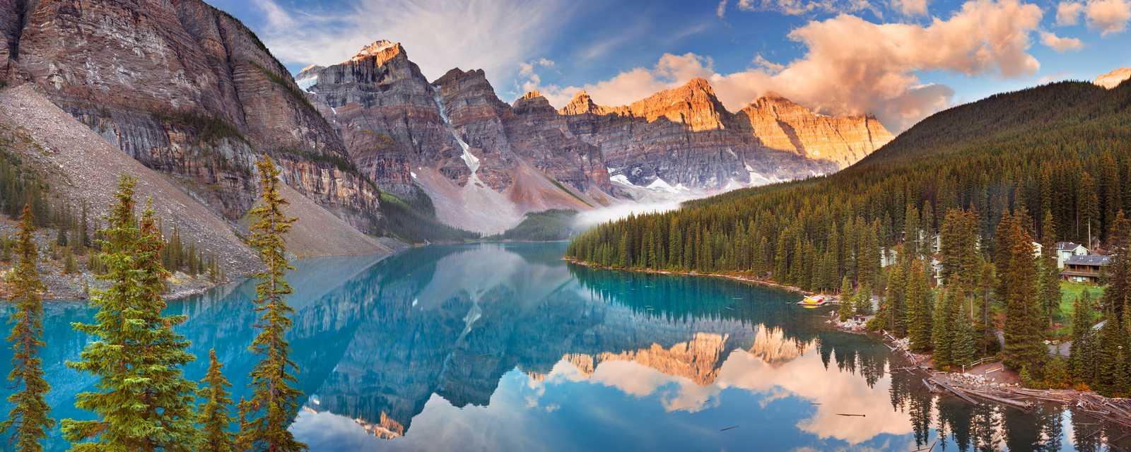 Die Sonne geht auf über dem schönen Moraine Lake im Banff Nationalpark in Alberta