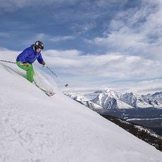 Skifahrer im Mount Norquay Skigebiet
