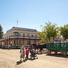 Kutsche mit Touristen im Heritage Park in Calgary