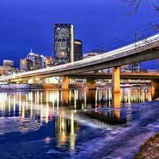 Calgary Skyline vom Flussufer des Bow River