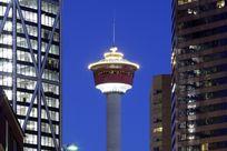 Der Calgary Tower bei Nacht