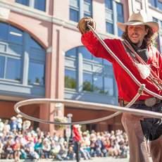 Ein Cowboy macht einen Lassotrick während der Parade des Calgary Stampede in Alberta
