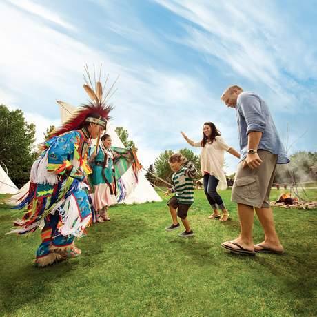 Familie Tanzt mit Eingebohrenen im Heritage Park in Calgary, Canada