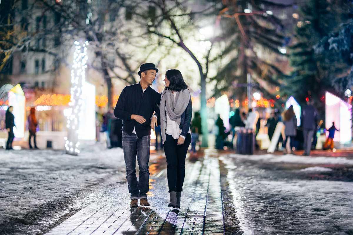 Ein Spaziergang über den Olympic Plaza zum Winter Light Festival in Calgary, Kanada