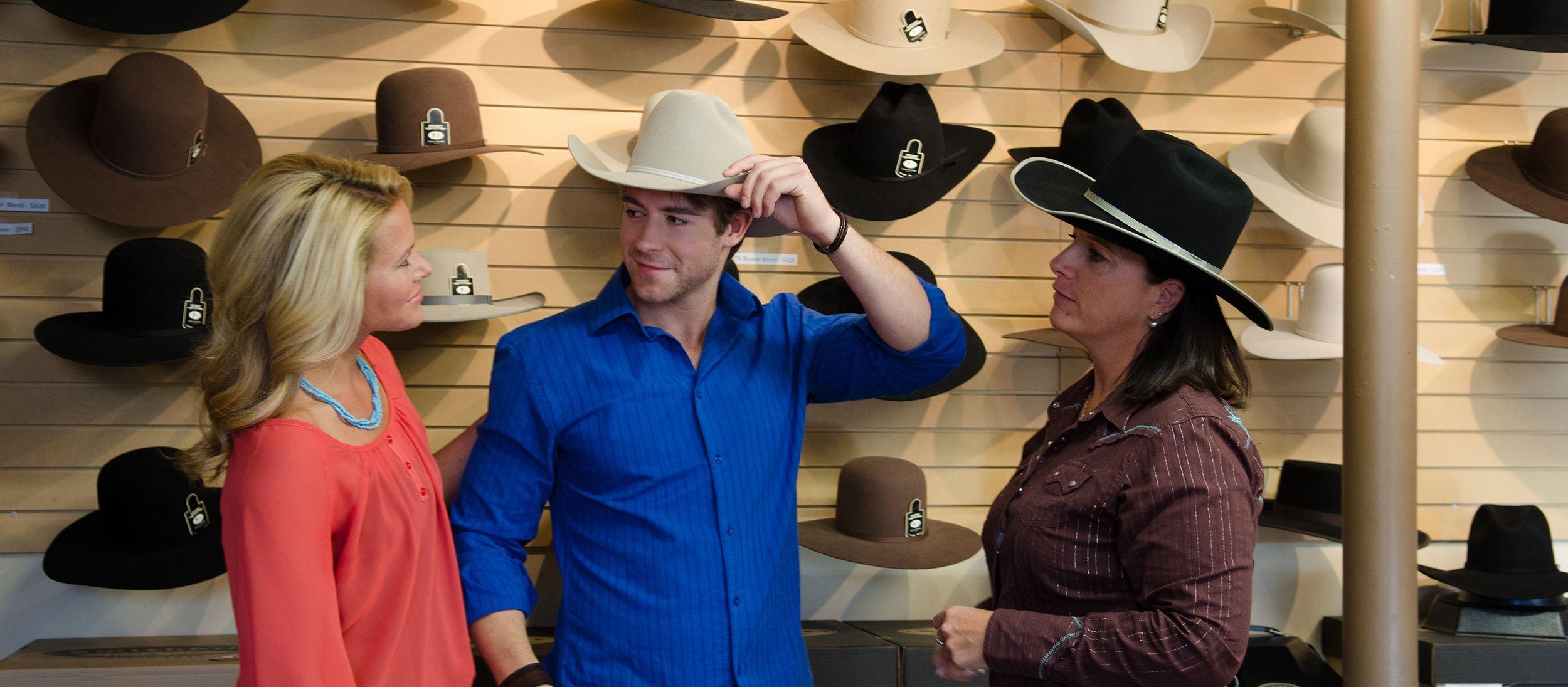 Hutanprobe im Smithbild Hats Laden in Calgary
