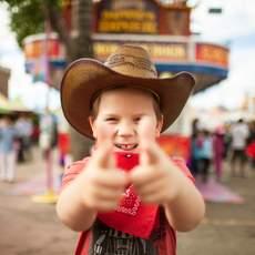 Ein junger Cowboy auf dem Calgary Stampede in Alberta