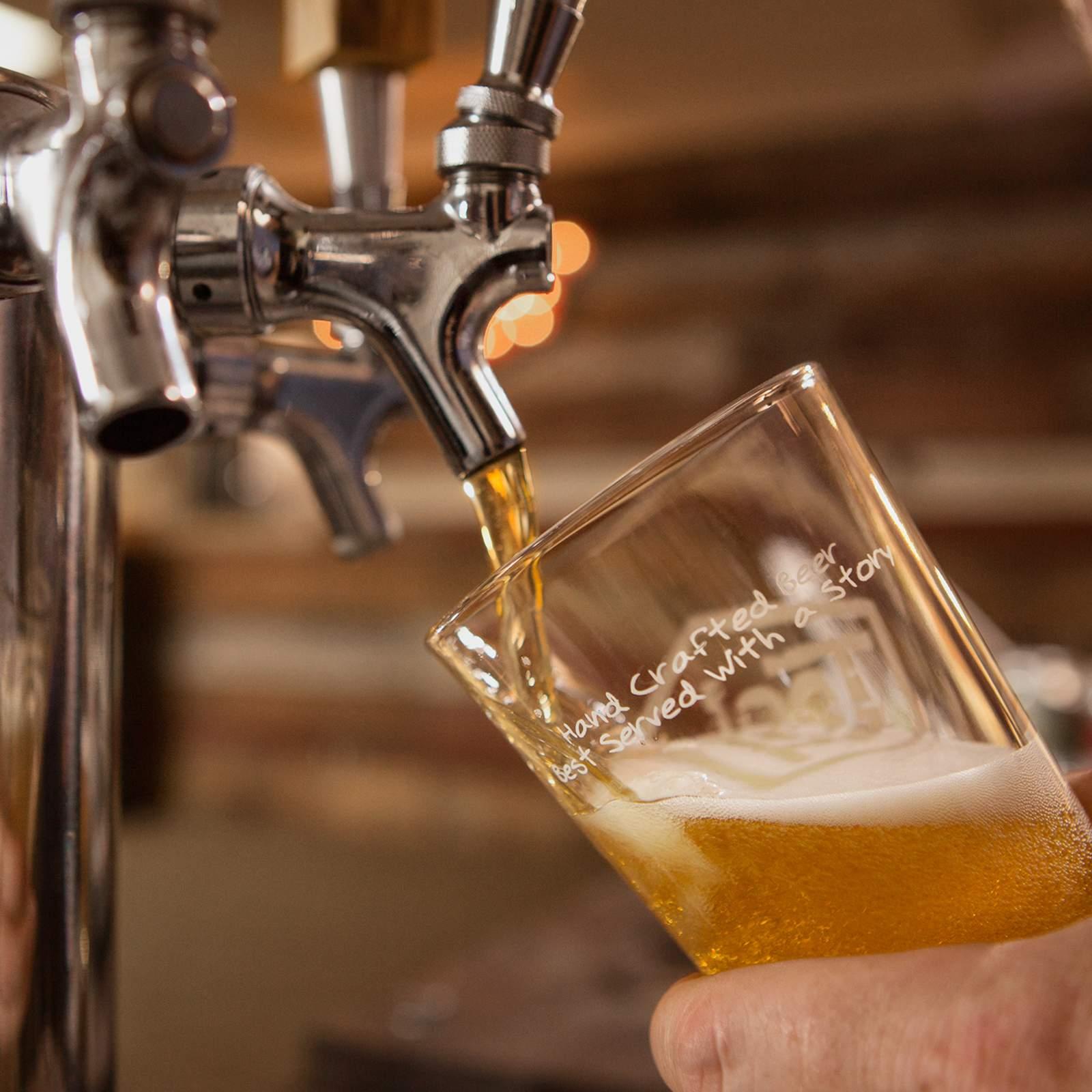 Bier zapfen in der Tool Shed Brewery in Calgary, Kanada