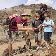 Tourhelfer zeigt Fossilien in Drumheller