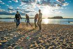 Schöne Momente lassen sich am Strand vom Elk Island National Park verbringen.