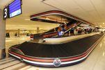 Die Kofferabholung am Flughafen von Edmonton wird begleitet von Eishockey-Spielerfiguren.